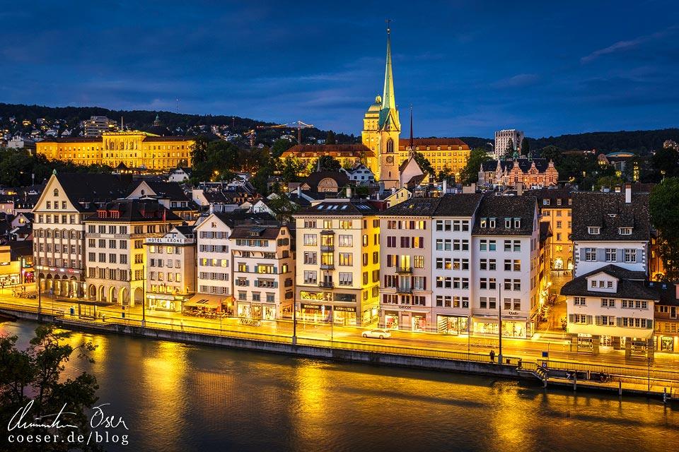 Abendlicher Blick vom Lindenhof auf ETH und Universität mit Predigerkirche in Zürich
