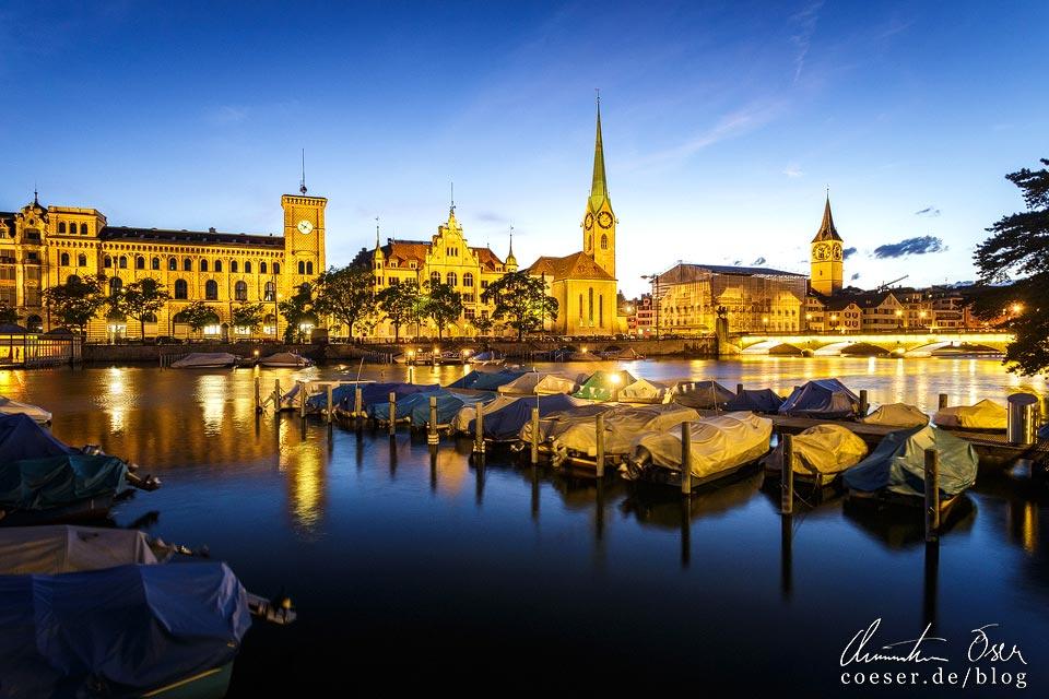 Beleuchtete Schifflände mit Stadthaus, Fraumünster und Pfarrhauses St. Peter in Zürich