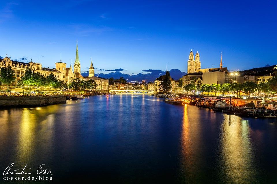 Beleuchtete Züricher Innenstadt, gesehen von der Quaibrücke
