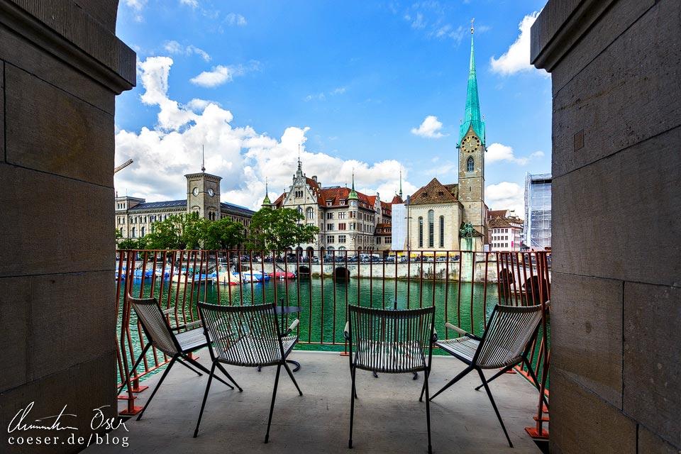 Aussicht vom Helmhaus auf das Stadthaus und das Fraumünster in Zürich
