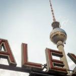 Ein Teil des Alexanderplatz-Schildes vor dem Fernsehturm in Berlin