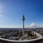 Ausblick auf den Fernsehturm und Berlin von der Terrasse des Hotel Park Inn by Radisson