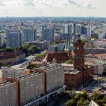 Ausblick auf das Rote Rathaus und das Nikolaiviertel von der Terrasse des Hotel Park Inn by Radisson in Berlin