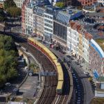 Ausblick auf die S-Bahn von der Terrasse des Hotel Park Inn by Radisson in Berlin