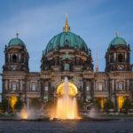 Beleuchtete Außenansicht des Berliner Doms