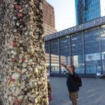 Mit Kaugummis beklebtes Stück der Berliner Mauer auf dem Potsdamer Platz in Berlin