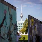 Blick zwischen der East Side Gallery (Berliner Mauer) auf den Fernsehturm