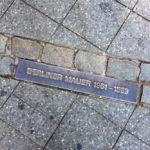 Markierung zeigt den ehemaligen Grenzverlauf der Berliner Mauer