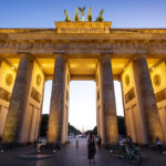 Das beleuchtete Brandenburger Tor kurz nach Sonnenuntergang in Berlin