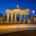 Autos fahren vor dem Brandenburger Tor in Berlin vorbei