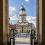 Blick vom Deutschen Dom auf den Französischen Dom auf dem Gendarmenmarkt in Berlin