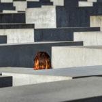 Eine Frau zwischen dem Denkmal für die ermordeten Juden Europas (Holocaust-Mahnmal) in Berlin