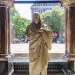 Erhaltene Originalstatue von Jesus in der Kaiser-Wilhelm-Gedächtniskirche in Berlin