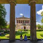 Die Alte Nationalgalerie in Berlin vom Arkadengang aus gesehen