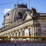Eine S-Bahn fährt vor dem Bode-Museum in Berlin vorbei