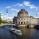 Ein Boot auf der Spree vor dem Bode-Museum und dem Fernsehturm in Berlin