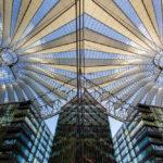 Spiegelung der Kuppel des Sony Centers auf dem Potsdamer Platz in Berlin