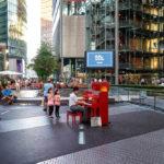 Ein Tourist spielt im Sony Center auf dem Potsdamer Platz Klavier