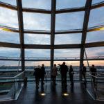 Besucher in der Kuppel im Reichstagsgebäude in Berlin