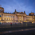 Beleuchtetes Reichstagsgebäude in Berlin