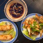 Wantan-Teigtaschen und eine Frühlingsrolle im vietnamesischen Restaurant Chen Che