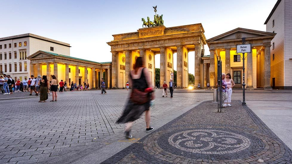 Beleuchtetes Brandenburger Tor in Berlin