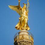 Die Statue der goldenen, geflügelten Siegesgöttin auf der Siegessäule in Berlin