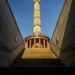 Blick von der Unterführung auf die Siegessäule in Berlin