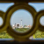 Aussicht durch das goldene Gitter der Siegessäule auf Berlin