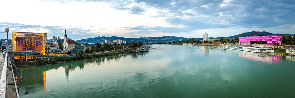 Blick auf das Ars Electronica Center und Lentos in Linz
