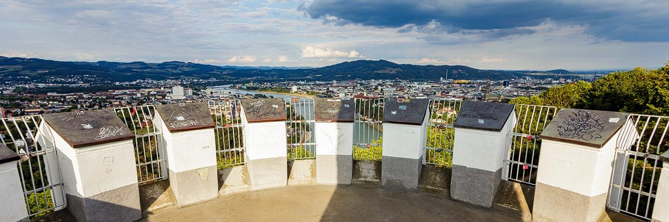 Blick von der Aussichtsplattform Franz-Josefs-Warte auf Linz