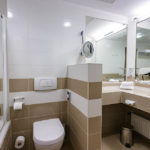 Bad im Doppelzimmer im Austria Trend Hotel Schillerpark in Linz