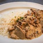 Schweinsfilets mit Eierschwammerlsauce und Reis im Restaurant Gelbes Krokodil in Linz