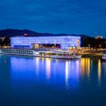 Das beleuchtete Lentos Kunstmuseum in Linz