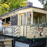 Eine alte Garnitur der Pöstlingbergbahn im Lokal Sandburg in Linz
