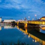 Blick auf die beleuchtete Nibelungenbrücke und das Schlossmuseum in Linz