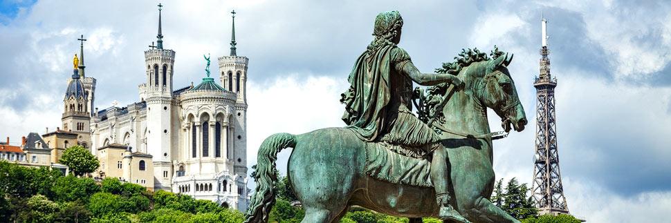 Blick vom Place Bellecour auf die Kirche Notre-Dame de Fourvière und den Eiffelturm in Lyon