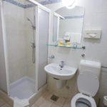Bad im Doppelzimmer im Hotel Kompas in Bled
