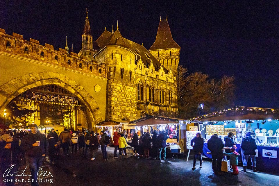 Weihnachtsmarkt vor dem Schloss Vajdahunyad in Budapest