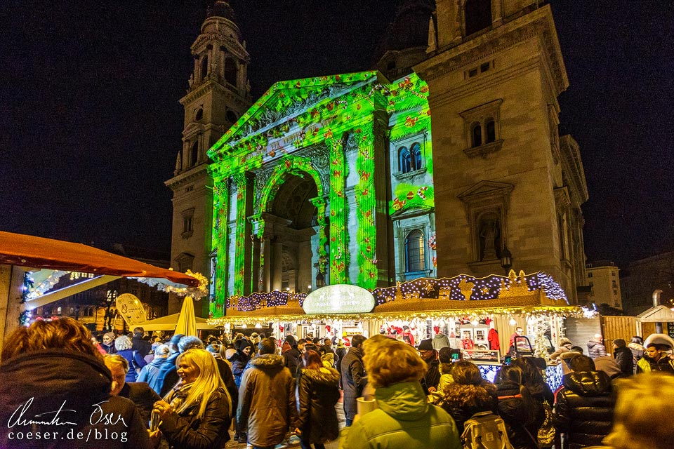 Lichtinstallation am Weihnachtsmarkt vor der St.-Stephans-Basilika in Budapest