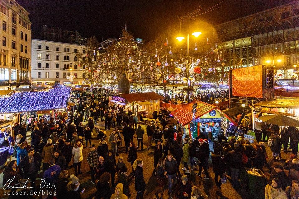 Weihnachtsmarkt am Platz Vörösmarty tér in Budapest