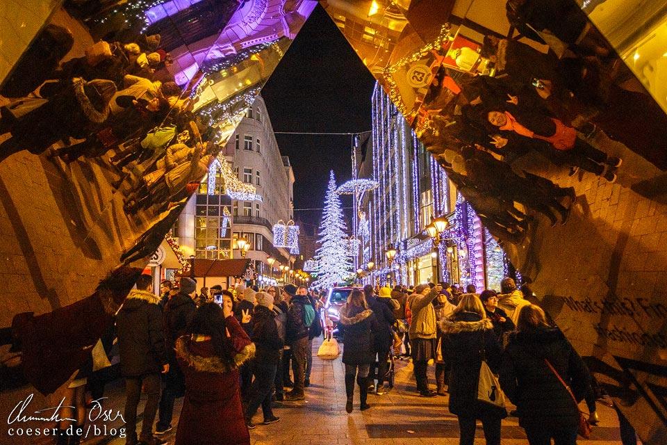 Fashion Street neben dem Weihnachtsmarkt am Platz Vörösmarty tér in Budapest