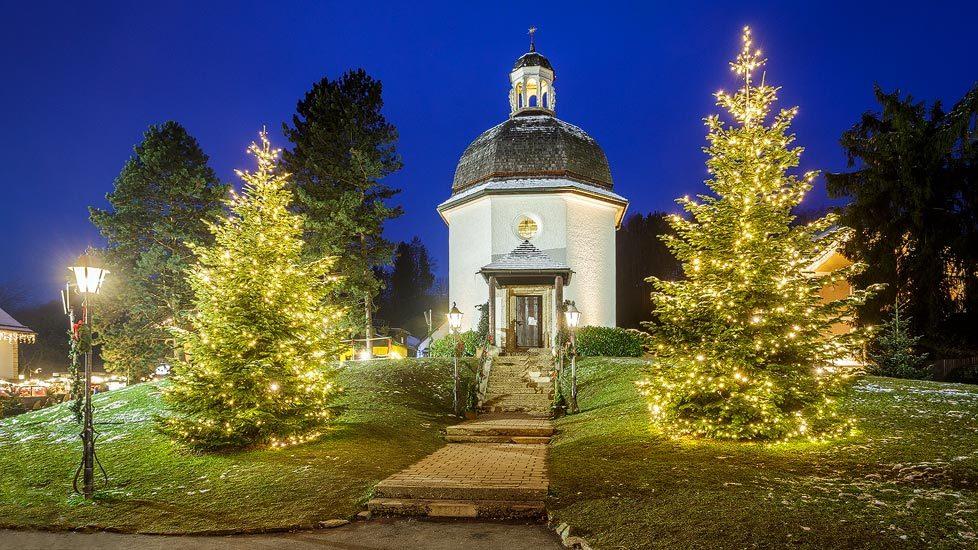 Beleuchtete Stille-Nacht-Kapelle in Oberndorf bei Salzburg