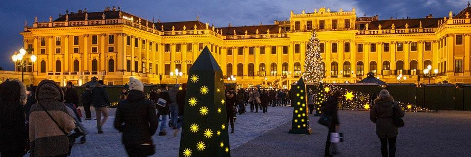 Weihnachtsmarkt vor dem Schloss Schönbrunn in Wien
