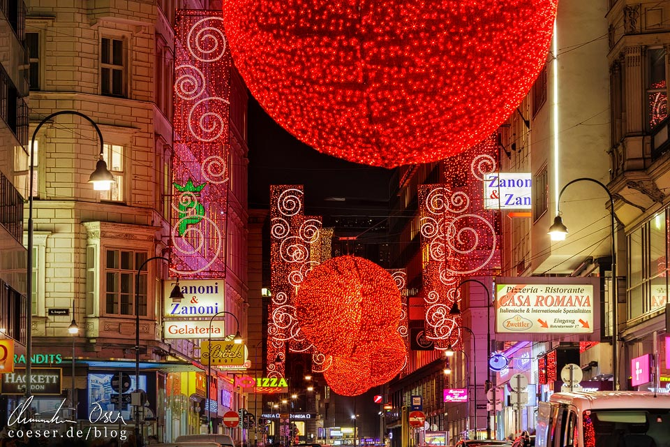 Überdimensionale rote Christbaumkugeln in der Rotenturmstraße in Wien