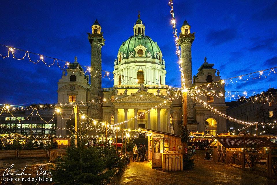 Weihnachtsmarkt vor der Karlskirche in Wien