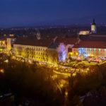 Blick vom Hochhaus Zagreb 360° auf die weihnachtlich beleuchtete Strossmayer-Promenade in Zagreb