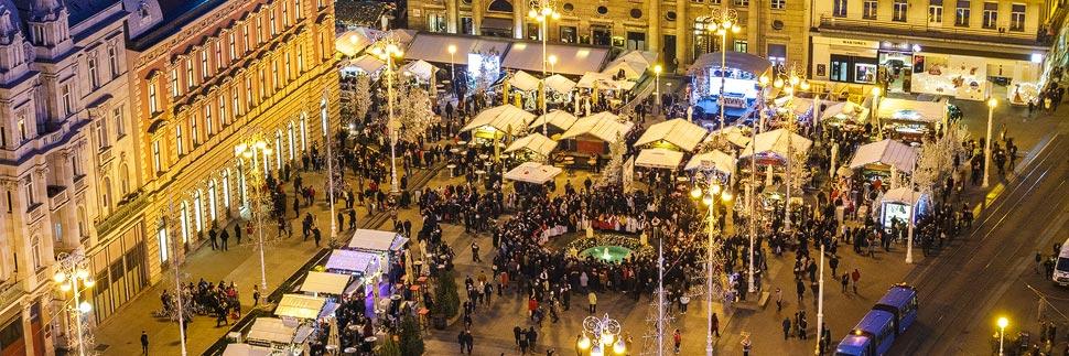 Beleuchteter Weihnachtsmarkt auf dem Ban-Jelačić-Platz in Zagreb