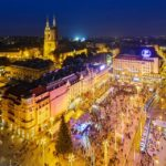Der beleuchtete Weihnachtsmarkt auf dem Ban-Jelačić-Platz in Zagreb
