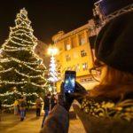 Christbaum auf dem Weihnachtsmarkt auf dem Ban-Jelačić-Platz